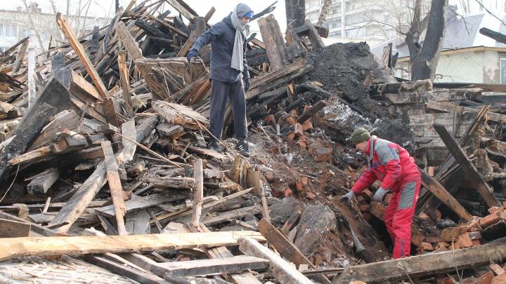 «Видел под обломками живых щенков!»: в Уфе снесли ветхий дом вместе с собачьей семьей