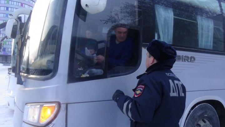 В Екатеринбурге сотрудники ГИБДД поймали водителей, которые нарушали правила при перевозке детей