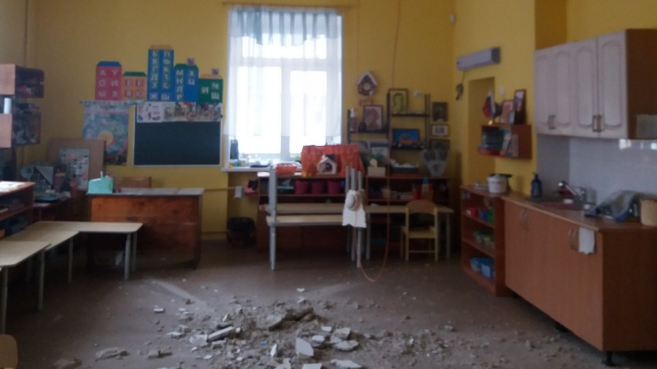 «Воспитатели уже говорили, что помещение опасно для жизни»: в детском саду Перми обрушился потолок