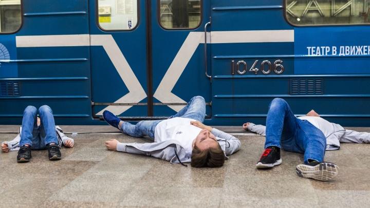 В театр по жетону: актёры сыграли сценку на перроне «Площади Гарина-Михайловского»