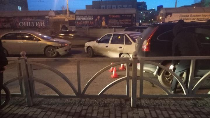 На перекрёстке возле цирка столкнулись сразу пять автомобилей