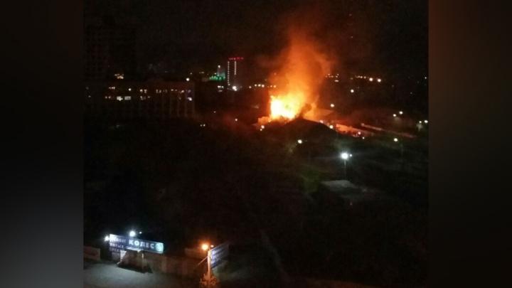 «Адски горит»: в Челябинске пожар повредил мебельный склад и вышку сотовой связи