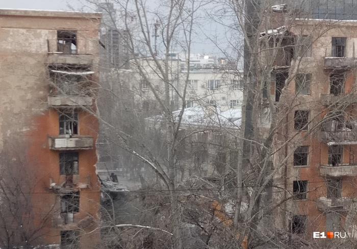 Здание начали сносить вчера