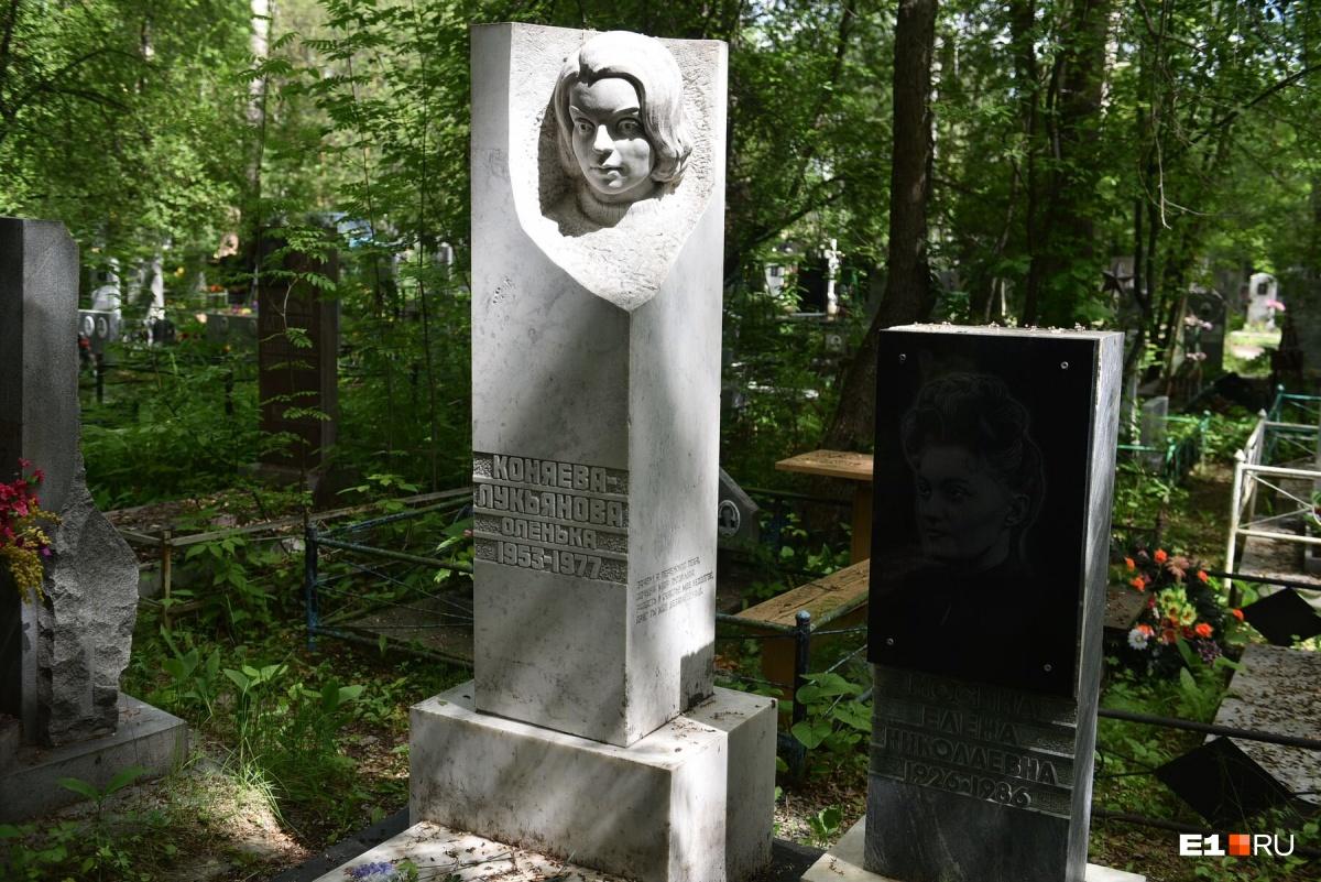 Девушка, памятник которой, судя по эпитафии, установила мать