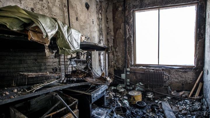 «Из-за ветра могло сгореть всё вокруг»: в Волгограде из полыхающего дома спасли двоих мужчин