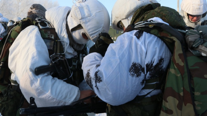 На полигоне в Шилово десантировался спецназ