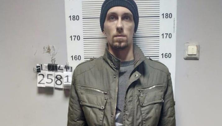 «Хватал за волосы и требовал деньги»: полиция поймала мужчину, который грабил пункты микрозаймов