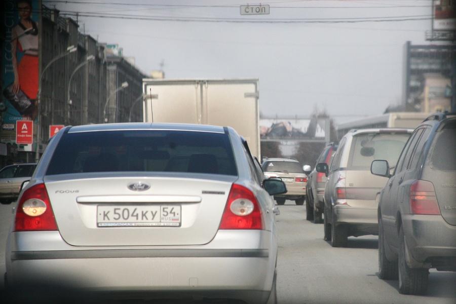 Из-за массового ДТП вцентре Новосибирска парализовано движение транспорта