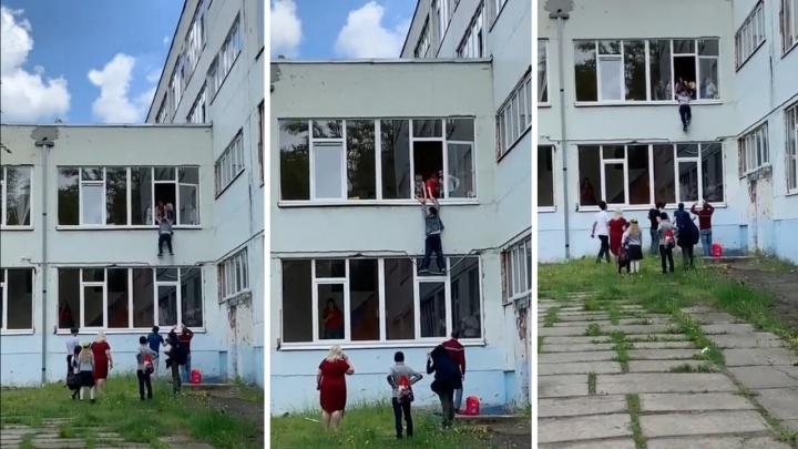 Опасный трюк: ростовский школьник попытался сбежать с уроков через окно
