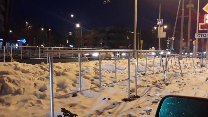 В администрации объяснили, почему зимой на улицах Тюмени ставят заборы