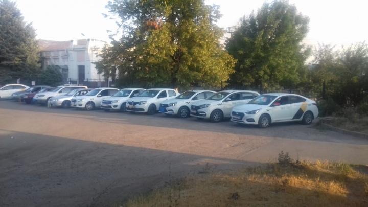 """«Мы выживем """"Яндекс.Такси"""" из города»: забастовка азовских таксистов собрала 40 машин"""
