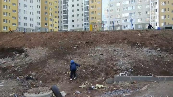 Суровое детство: игровую площадку для дома на улице Нуреева в Уфе устроили у оврага