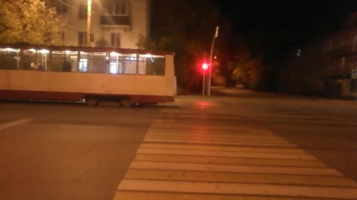 «Это Россия, это нормально!»: водитель трамвая припарковался на перекрёстке и ушёл в магазин