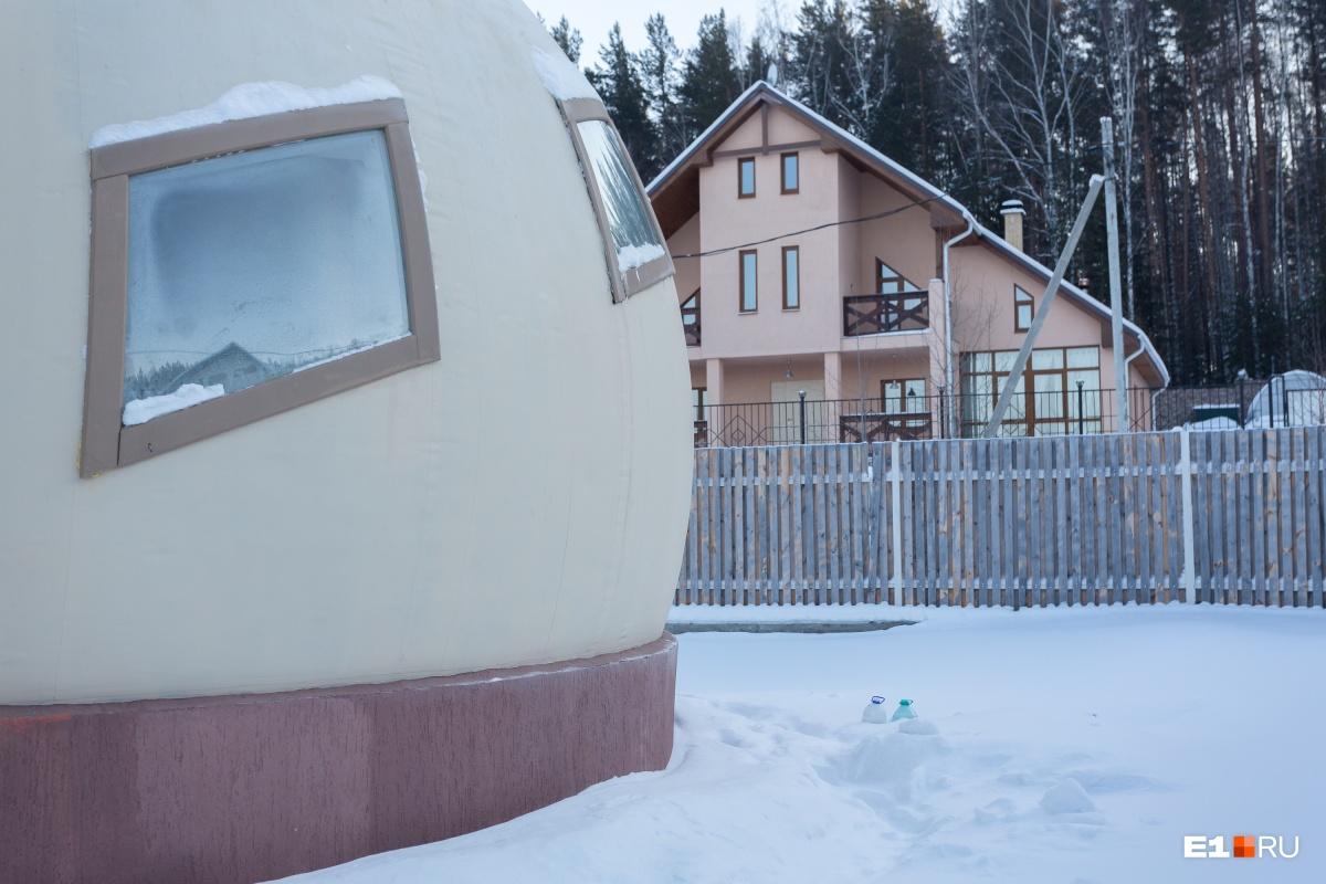 Фундамент заложили в 2015 году, а в 2016-м построили сферы. Строительство дома обошлось Илье в 4 миллиона рублей, но работы здесь ещё не закончены