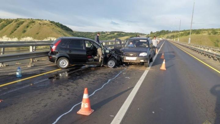Под Волгоградом в жуткой аварии на ростовской трассе пострадали трое человек
