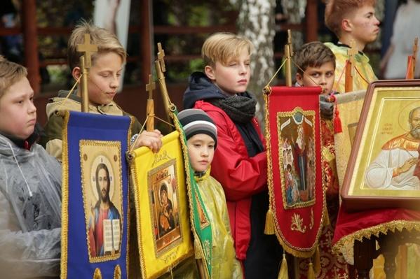Дети прошливосемь километров от храма в честь Владимирской иконы Пресвятой Богородицы на Семи Ключах до Ганиной Ямы