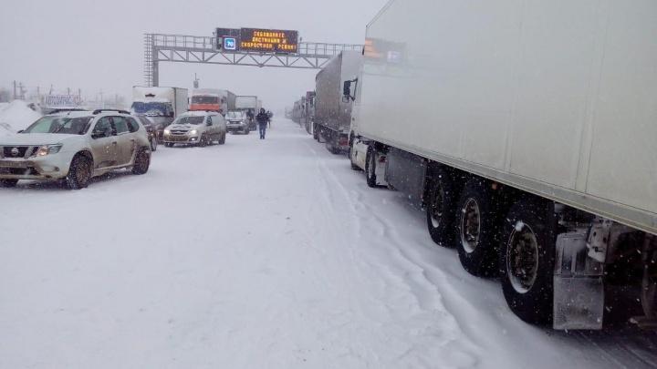 «Водителей фур отправили на стоянку»: из-за снегопадов в Волгоградской области закрыли вторую трассу