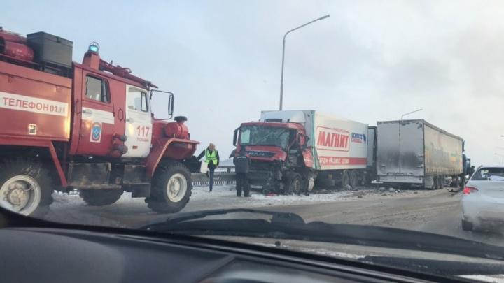 Два человека пострадали при столкновении фур на Чусовском мосту