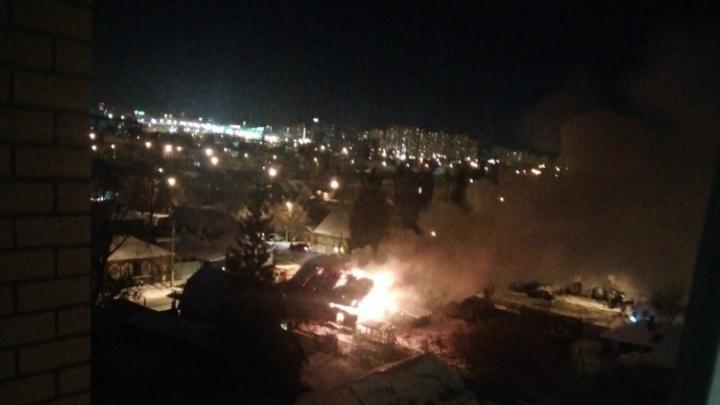 На Шмидта дотла сгорел частный дом. Один из его жильцов находится в реанимации