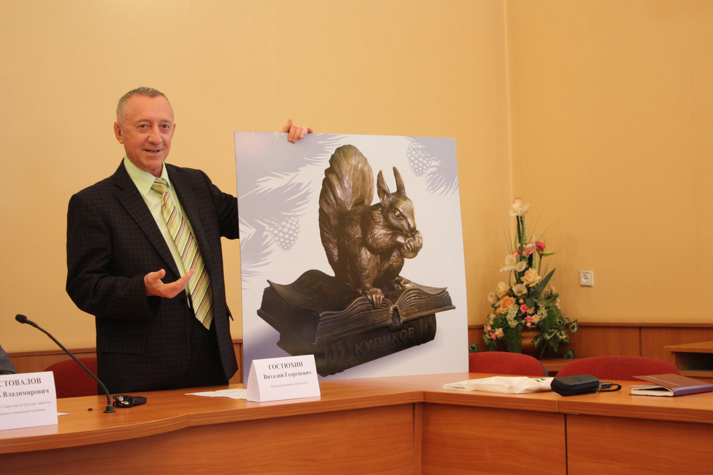 Режиссер праздника Виталий Гостюхин уверен, что примета сработает, даже если потереть не саму скульптуру, а ее изображение. Это можно будет сделать на празднике