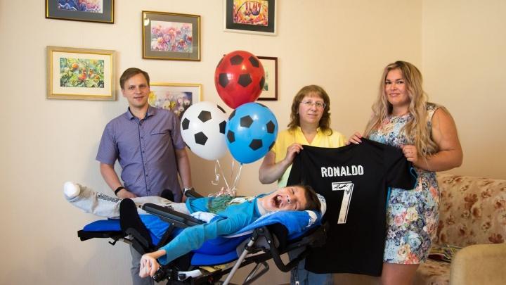 Страдающему ДЦП болельщику из Миасса подарили футболку с автографом Роналду