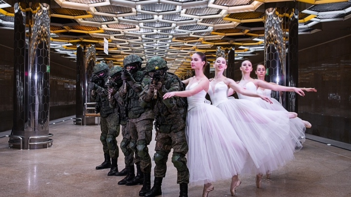Спецназ с балеринами и танцы с бензопилами: выбираем лучшее офисное поздравление с 8 Марта