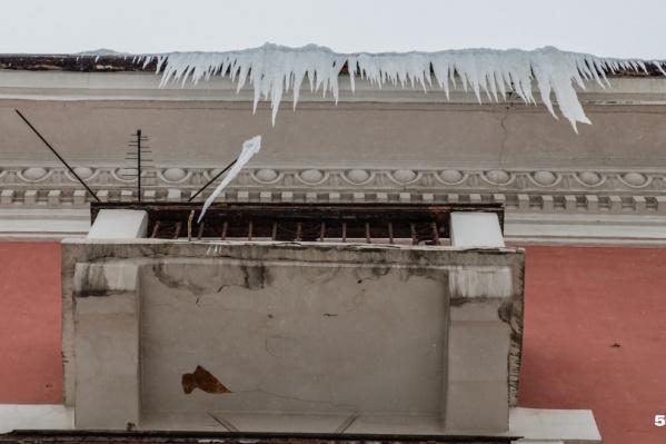 В Перми участились случаи падения ледяных глыб с крыш и козырьков балконов