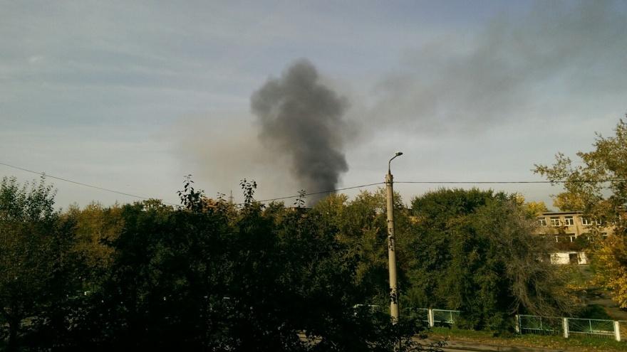 Зеленую рощу заволокло черным дымом от пожара на Рокоссовского