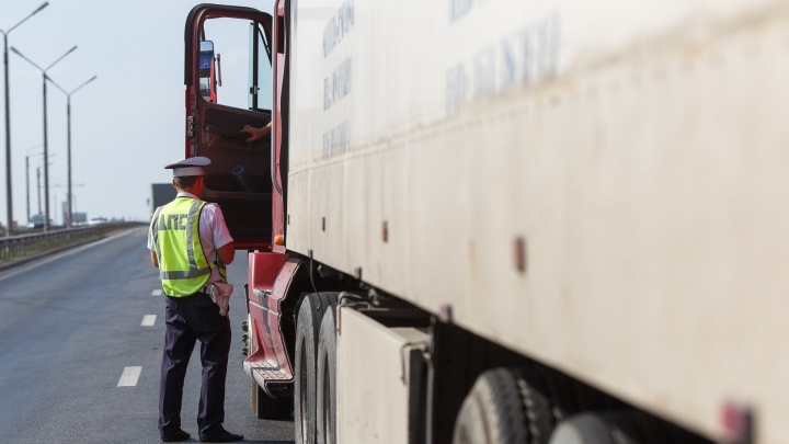 Волжских водителей оштрафовали за смрадные выхлопы и дым на дороге