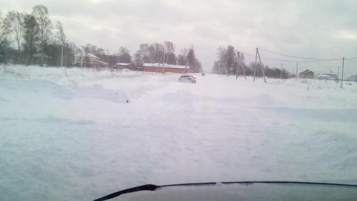 Автомобили застряли в снегу на дороге под Новосибирском
