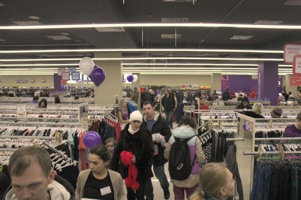 На открытие магазина пришли десятки покупателей