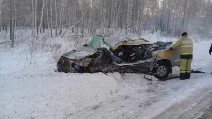 Месиво на трассе: водитель «Тойоты» погиб во встречной аварии с фурой под Новосибирском