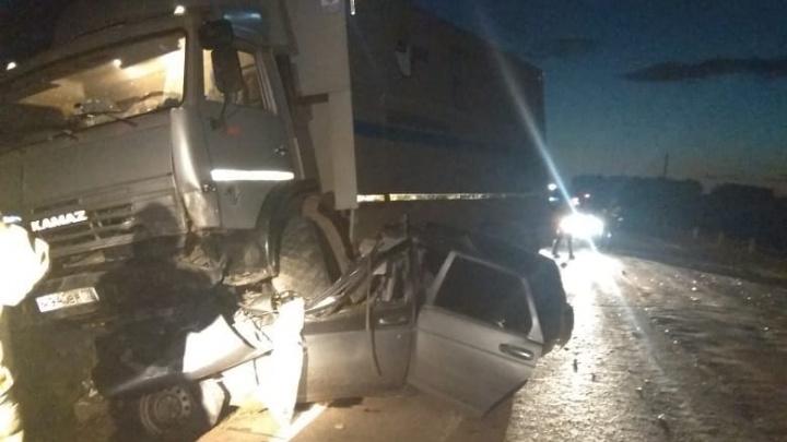 Смертельная авария на трассе в Башкирии: КАМАЗ проехался по легковушке