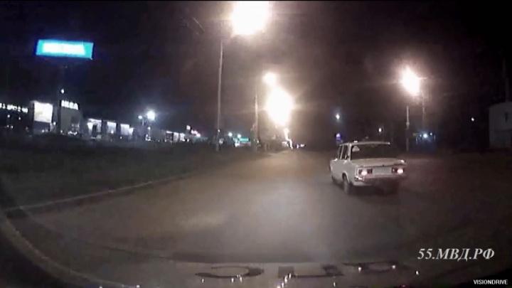 Ночью в Омске полицейские устроили погоню за 17-летним подростком, который купил ВАЗ без номеров