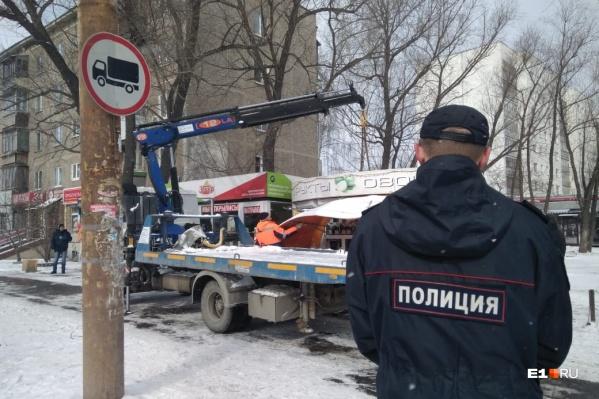 За вывозом киосков наблюдала полиция