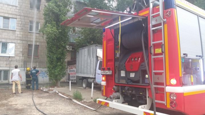 «Не продохнуть и на улице»: пожар в многоэтажке Волгограда выставил на улицу жителей целого подъезда