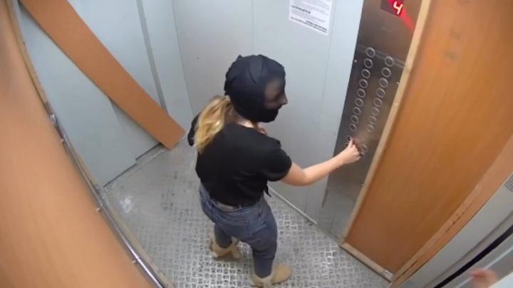 Попали на «Пикабу»: ярославцы в новогодних костюмах разнесли лифт и опозорили сами себя