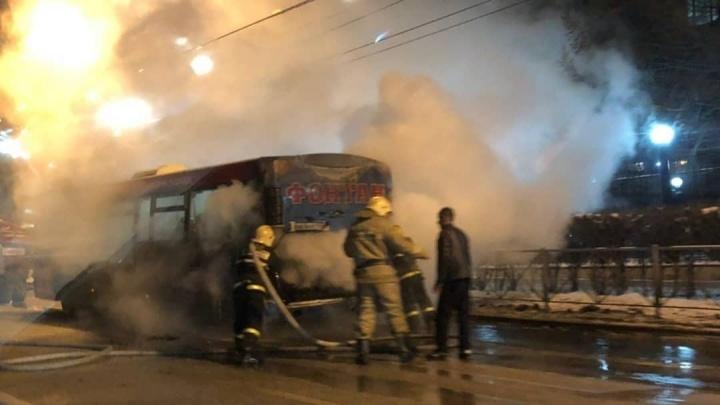 На остановке «Гознак» в Перми загорелся автобус. Видео