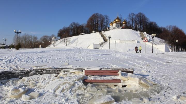 Из-подо льда показались лавки: фоторепортаж с затопленной набережной в Ярославле