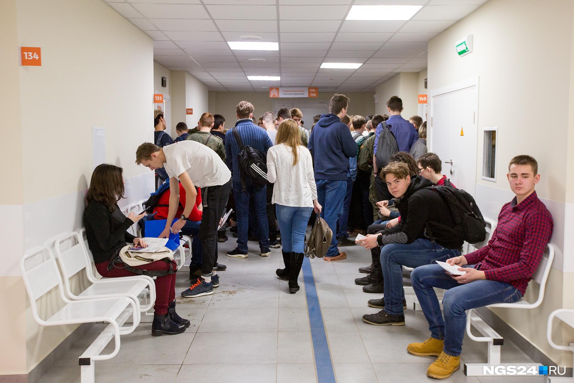 Двери в инфекционное отделение находятся сразу за толпой студентов