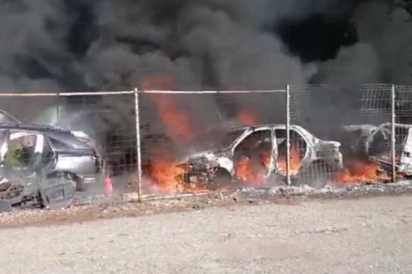 Пламя уничтожило автомобили, предназначенные для разбора на детали