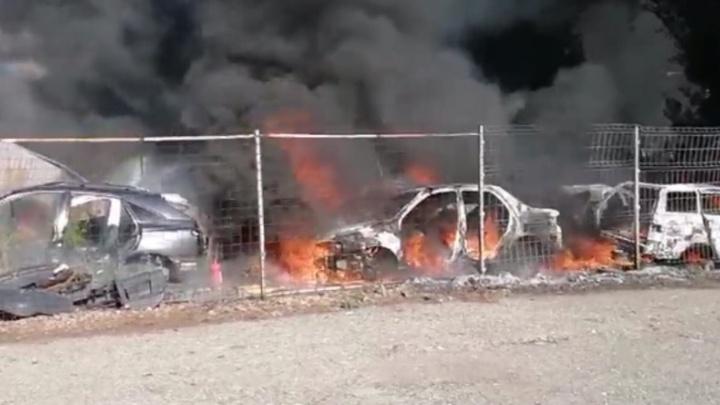 Машины в огне и густом дыму: в Тольятти сгорела стоянка
