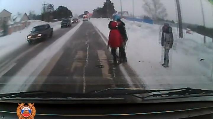 Водитель жестко сбил невнимательную девочку на переходе