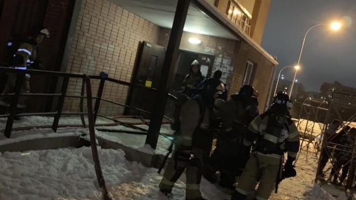 Завел мопед на балконе: житель ростовской многоэтажки по неосторожности устроил пожар