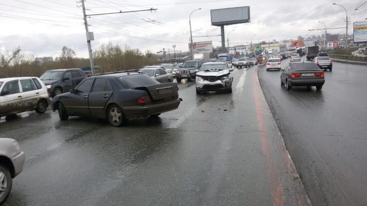 На проезде Энергетиков «Мерседес» вылетел на встречную полосу: Димитровский мост встал