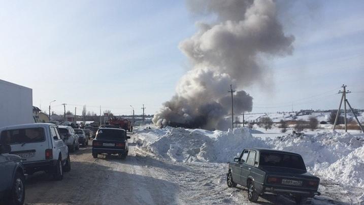 «Водитель успел уехать от заправки»: на дороге Волгоградской области в один миг вспыхнул автобус