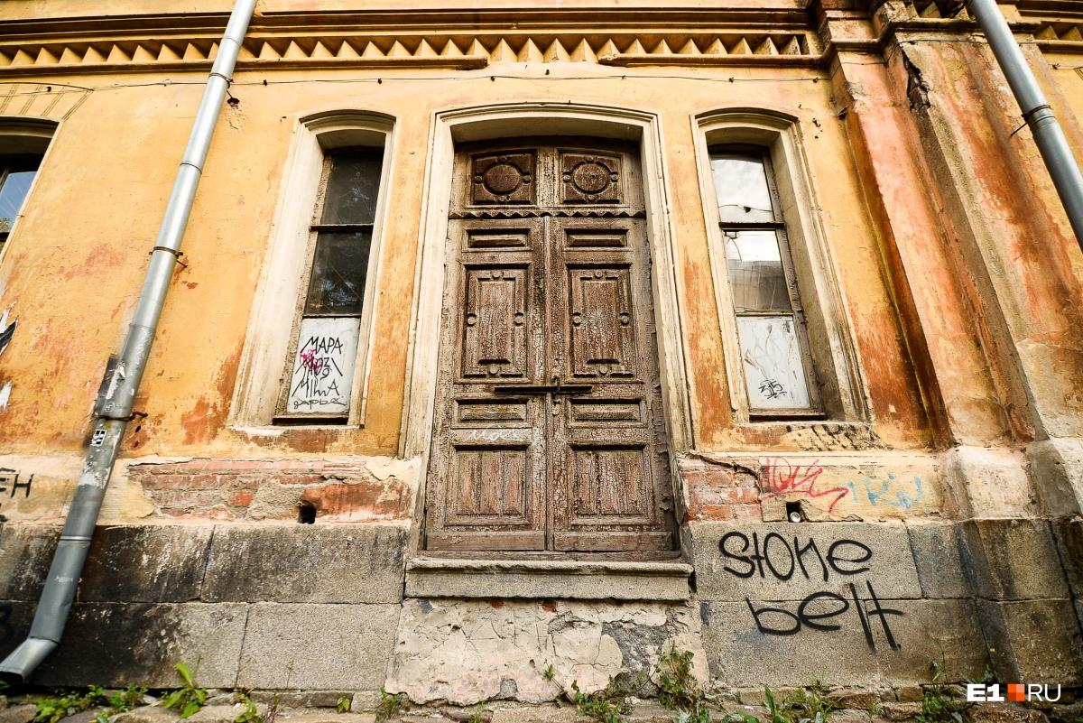 Эта дверь выходит на улицу Толмачёва, если придумать, как использовать зал, то её можно будет открыть