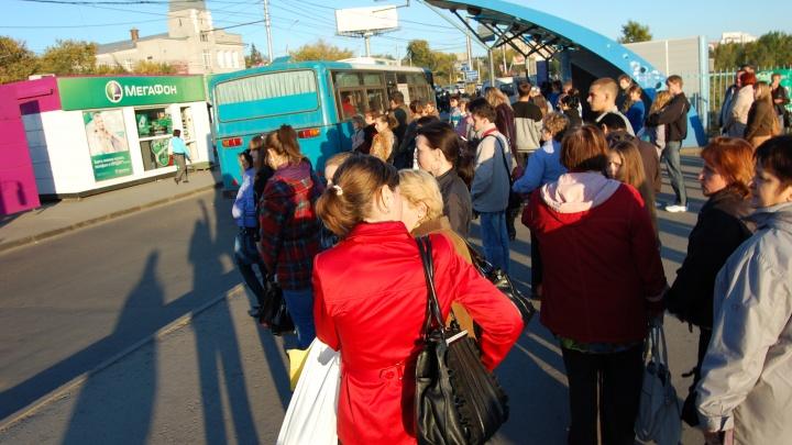 «Каждый день очереди по 70 человек»: новосибирцы назвали автобусы и маршрутки, которых не дождаться