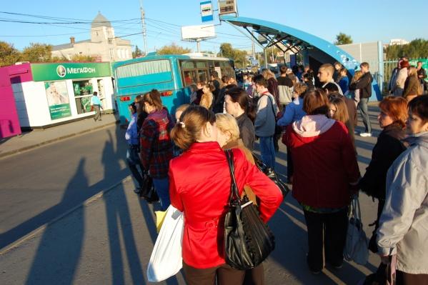Новосибирцы жалуются на долгое ожидание и нехватку водителей на популярных маршрутах