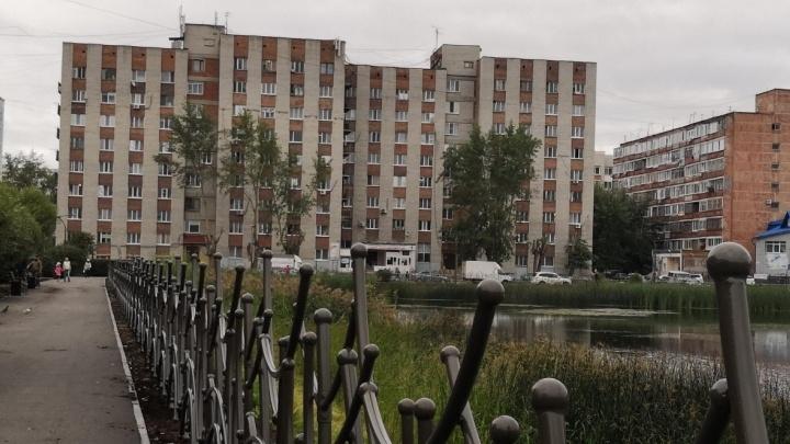 В подъезде тюменской многоэтажки нашли двух мертвых мужчин
